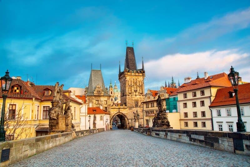Charles most w Praga w ranku wschód słońca Widok Malostranska wierza i Judithin wierza fotografia royalty free