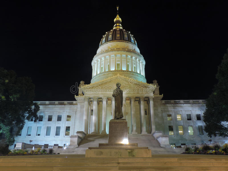 Charleston Capitol på natten arkivbild