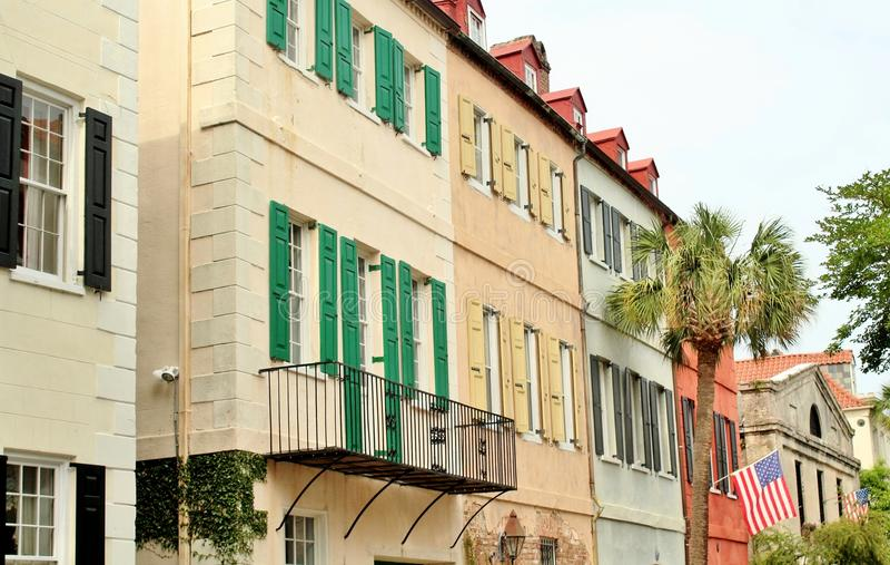 Charleston, Carolina del Sur, el 4 de mayo de 2017, estilo meridional se dirige en el distrito histórico de la fila del arco iris imagen de archivo libre de regalías