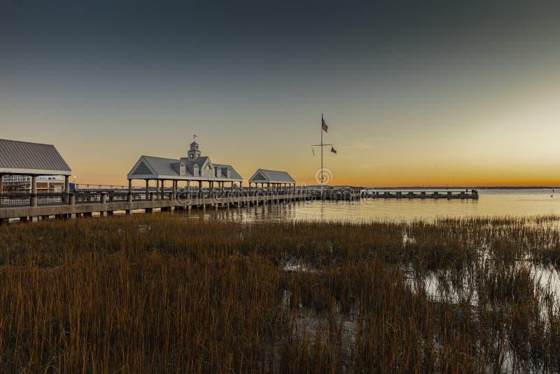 Charleston, Karolina Południowa, Stany Zjednoczone, listopad 2019 r., wschód słońca nad zatoką Charleston Harbor i molo fotografia royalty free