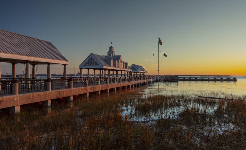 Charleston, Karolina Południowa, Stany Zjednoczone, listopad 2019 r., wschód słońca nad zatoką Charleston Harbor i molo obrazy stock
