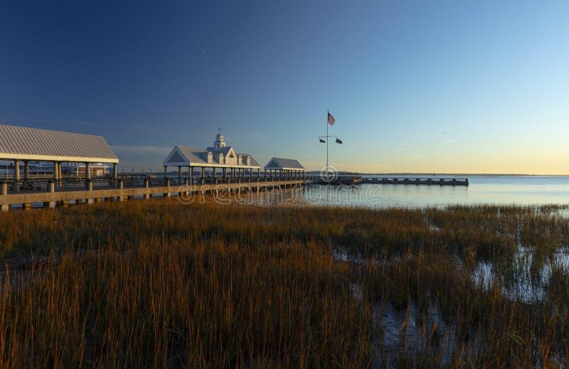 Charleston, Karolina Południowa, Stany Zjednoczone, listopad 2019 r., wschód słońca nad zatoką Charleston Harbor i molo zdjęcie royalty free