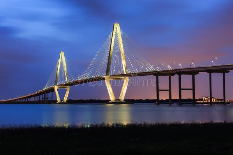 Charleston Ravenel Bridge Blue Hour fotografering för bildbyråer