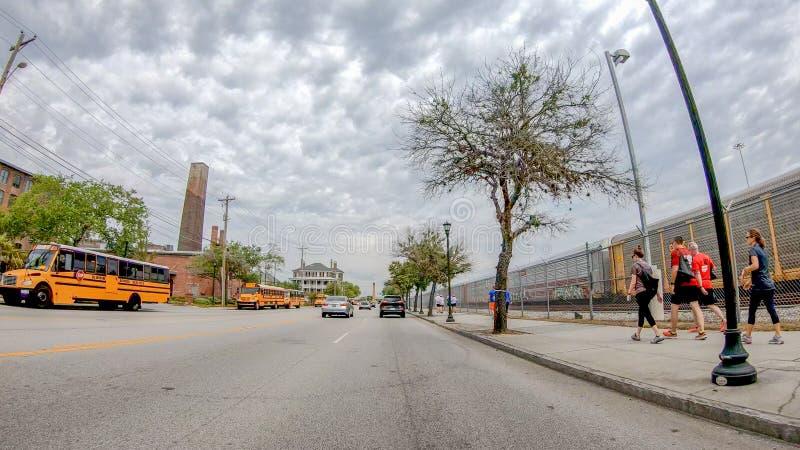 CHARLESTON, SC - 7 DE ABRIL DE 2018: Calles de la ciudad con los autobuses escolares o fotografía de archivo