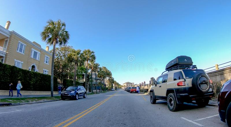 CHARLESTON, SC - 7 DE ABRIL DE 2018: Costa de la ciudad con los turistas encendido imagen de archivo
