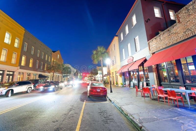 CHARLESTON, SC - 5 DE ABRIL DE 2018: Los turistas disfrutan del centro de ciudad en el ni imágenes de archivo libres de regalías