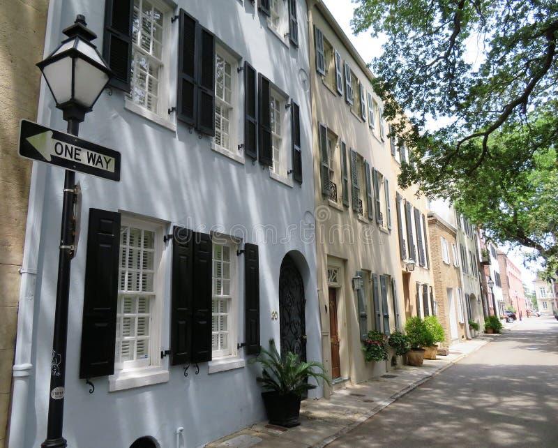 Charleston South Carolina, Maj 4, 2017, sydlig stilarkitektur i det historiska området av charlestonen royaltyfria foton