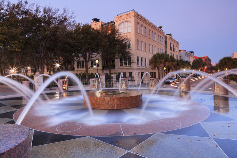 Charleston South Carolina Waterfront Fountain och ljusslingor arkivfoton