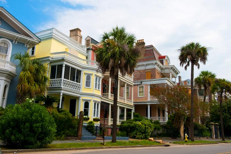 Charleston, Zuid-Carolina, mening van straat binnen de stad in met huizen en historische architectuur royalty-vrije stock foto's