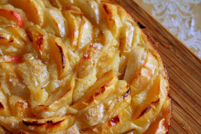 Charlotte al forno con le mele e lo zucchero rossi fotografia stock libera da diritti