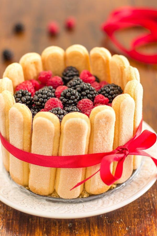 Charlotte Cake avec les baies mélangées photo stock