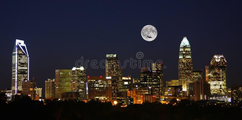 Charlotte City Skyline på natten med fullmånen royaltyfri fotografi