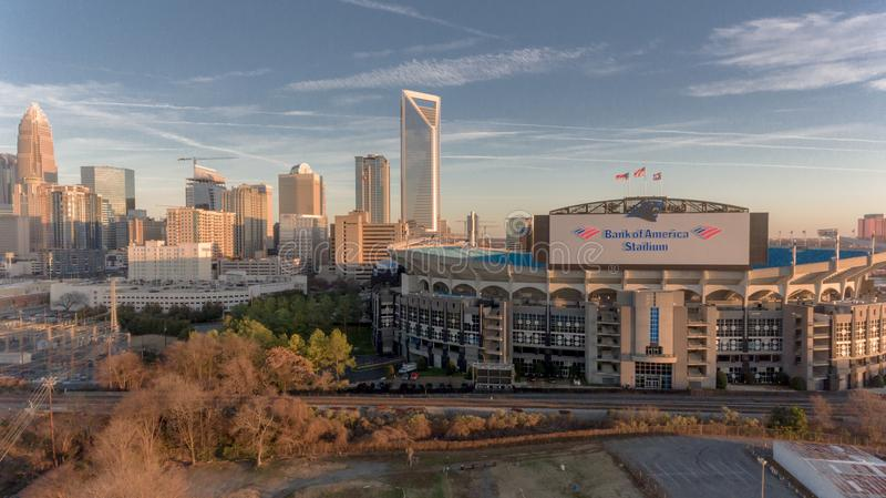 Charlotte, horizonte del NC cerca de la puesta del sol con la Bank of America el estadio en frente imagenes de archivo