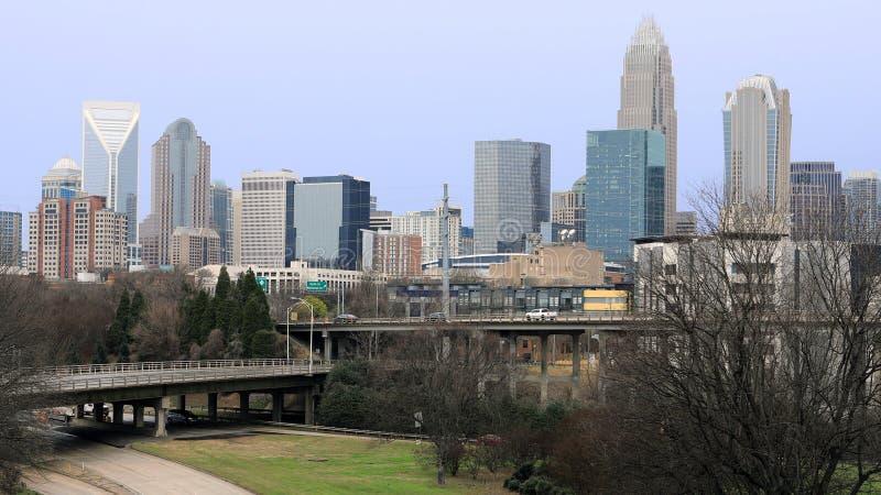 Charlotte, horizonte y autopista de los Estados Unidos imagenes de archivo