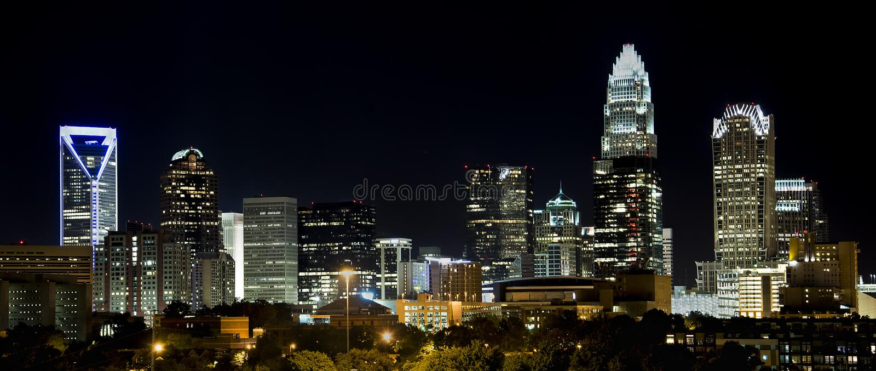 Charlotte Skyline na noite foto de stock royalty free