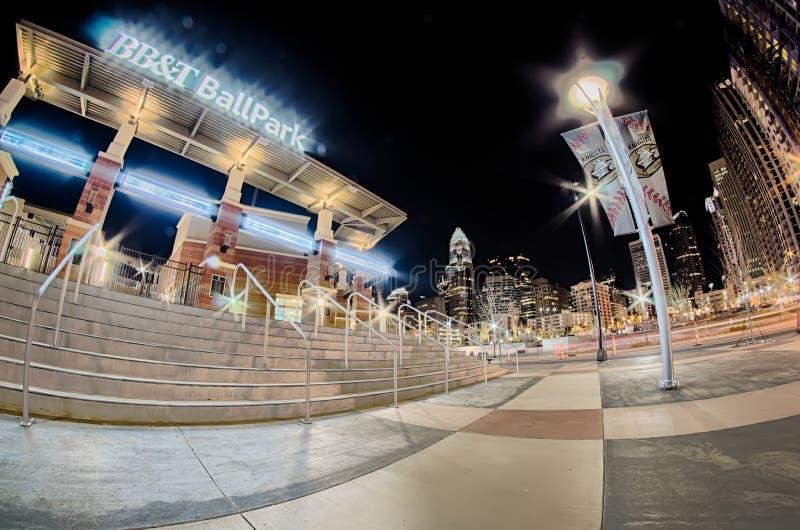 Charlotte-Skyline am romare bearden die basebal Park- und bbtritter stockfotografie