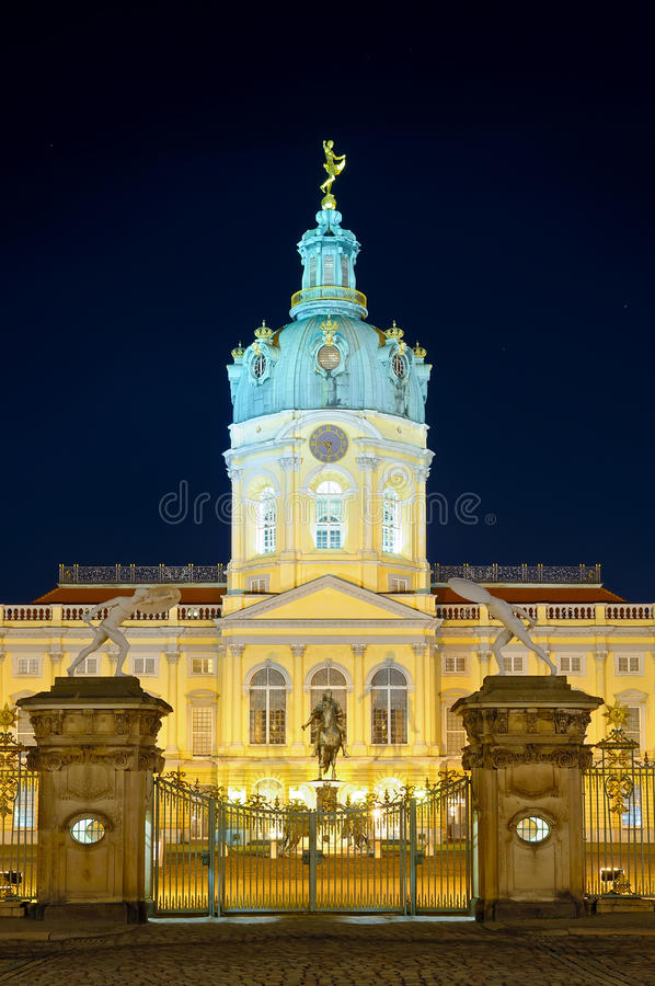 Charlottenburg в berlin на ноче стоковые фото