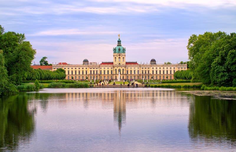 Charlottenburg pałac królewski w Berlin, Niemcy, widok od jeziora t fotografia stock