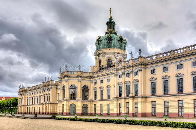 Charlottenburg slott och att parkera i Berlin, Tyskland arkivbild