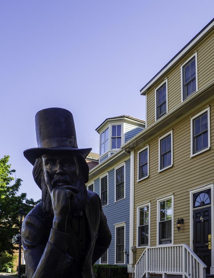 Charlottetowns historisches Hotel und die Bronzestatue des Vaters des Bündnisses in Prinzen Edward Island, Kanada lizenzfreies stockbild