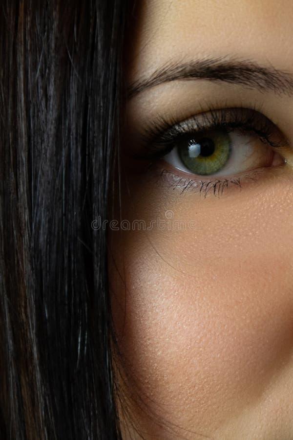 Charma blick av en ung flicka royaltyfri bild