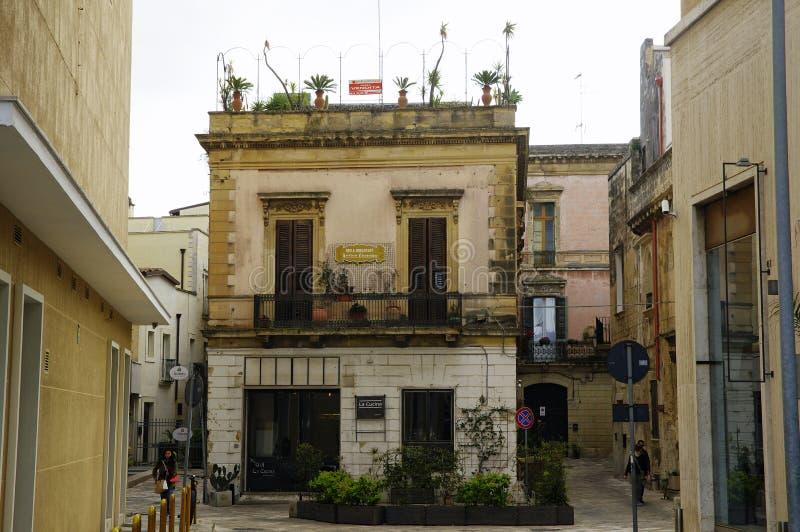 Charma borggården med balkongen med frodiga växter som exempel av den typiska barocka hyreshusen arkivbilder