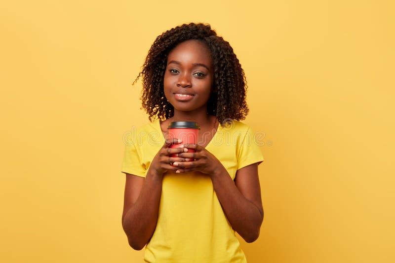 Charma den härliga flickan som rymmer takeaway kaffe eller te från papperskoppen fotografering för bildbyråer