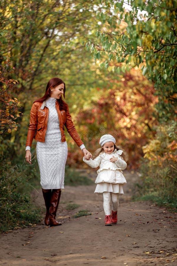 Charma den härliga modern går med den lilla dotterflickan arkivfoto