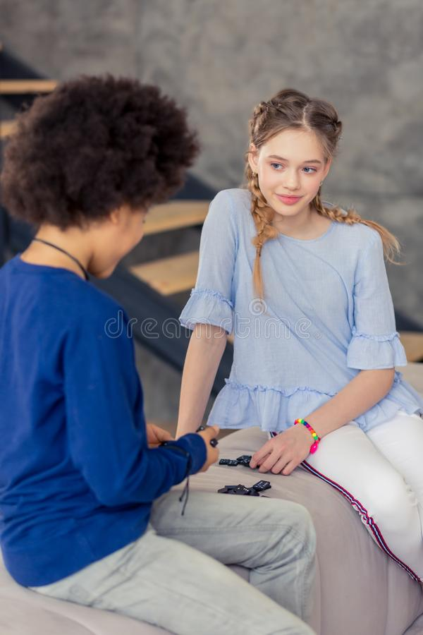 Charma den longhaired blonda tonåringen som ser hennes vän royaltyfri bild