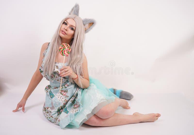 Charma den tonårs- flickan för caucasian pott i kökförkläde med den färgrika klubban på vit studiobakgrund royaltyfri bild