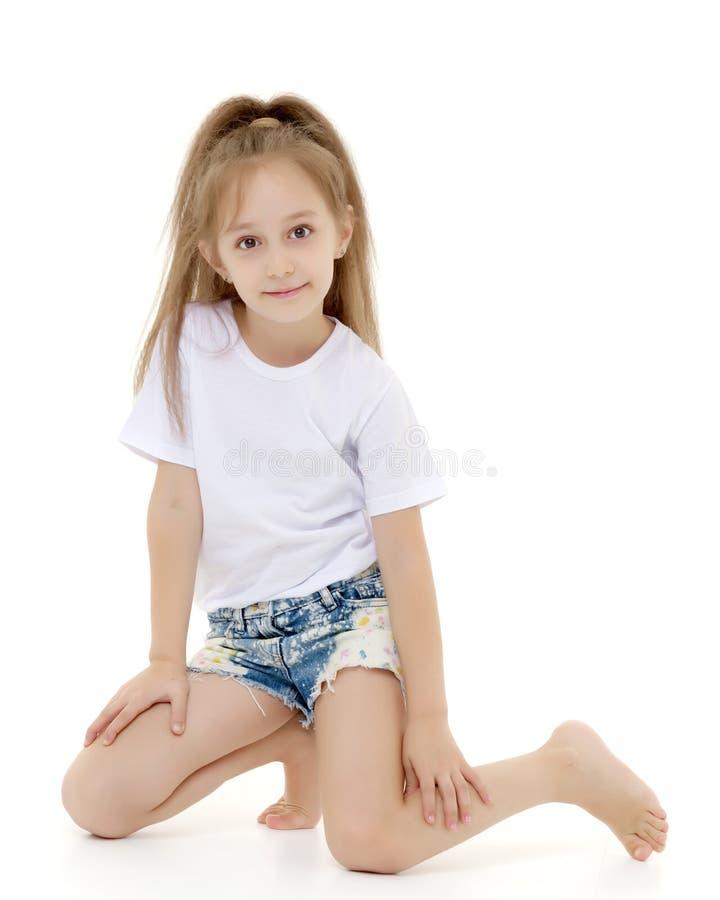 Charma flickan i en ren vit t-skjorta f?r annonsering och kortslutningar royaltyfria bilder