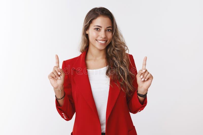 Charma idérikt le lyckligt kvinnligt utrymme för perfekt kopia för klient för kontorsassistentvisning som lyfter att peka för pek royaltyfria foton