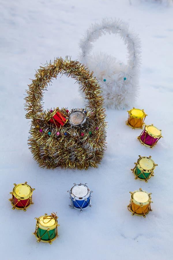 Charma korgar på vit snö Färgrika julvalsar royaltyfria foton