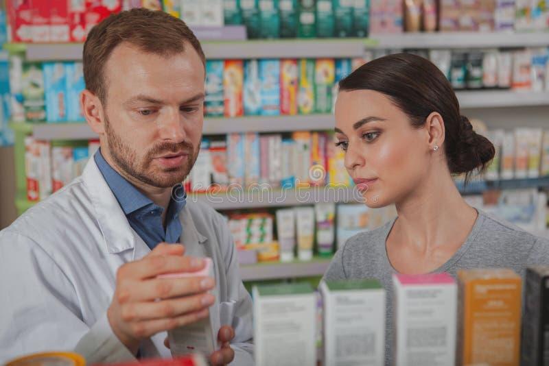 Charma kvinnashopping på apotek royaltyfri fotografi