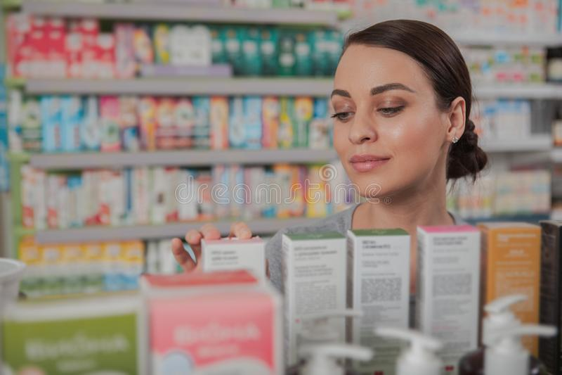 Charma kvinnashopping på apotek fotografering för bildbyråer