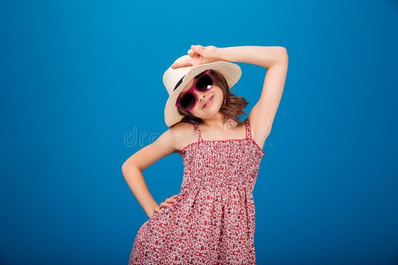 Charma le lilla flickan i solglasögon som visar fredtecknet arkivbilder