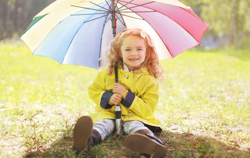 Charma le lilla flickan med det färgrika paraplyet arkivbilder