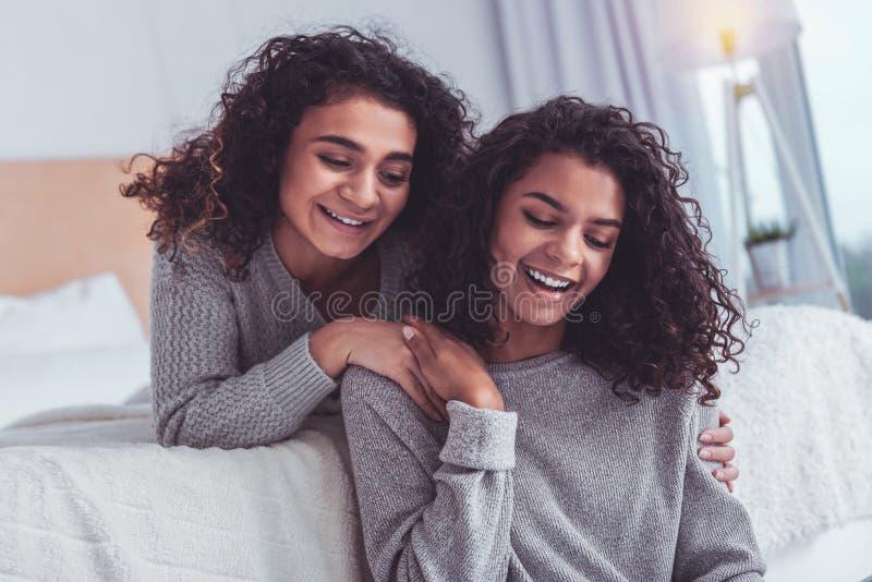 Charma le syskon som tillsammans spenderar fritid royaltyfri fotografi