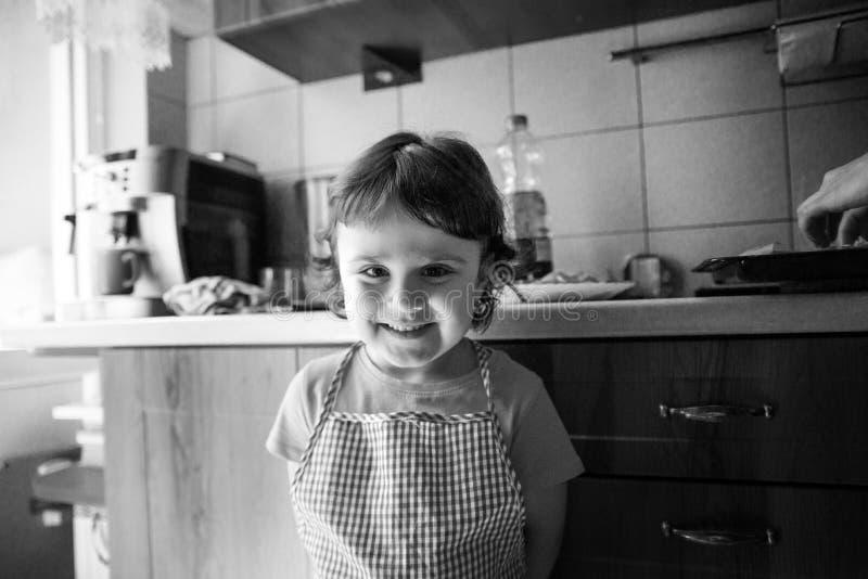 Charma lilla flickan som ler och spela arkivbild
