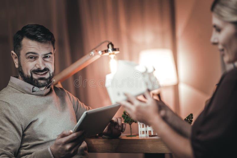 Charma två arkitekter som konstruerar modellen arkivfoto