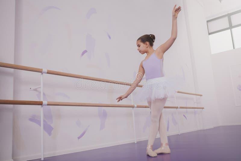 Charma ung flickaballerina som övar på dansskola arkivbild