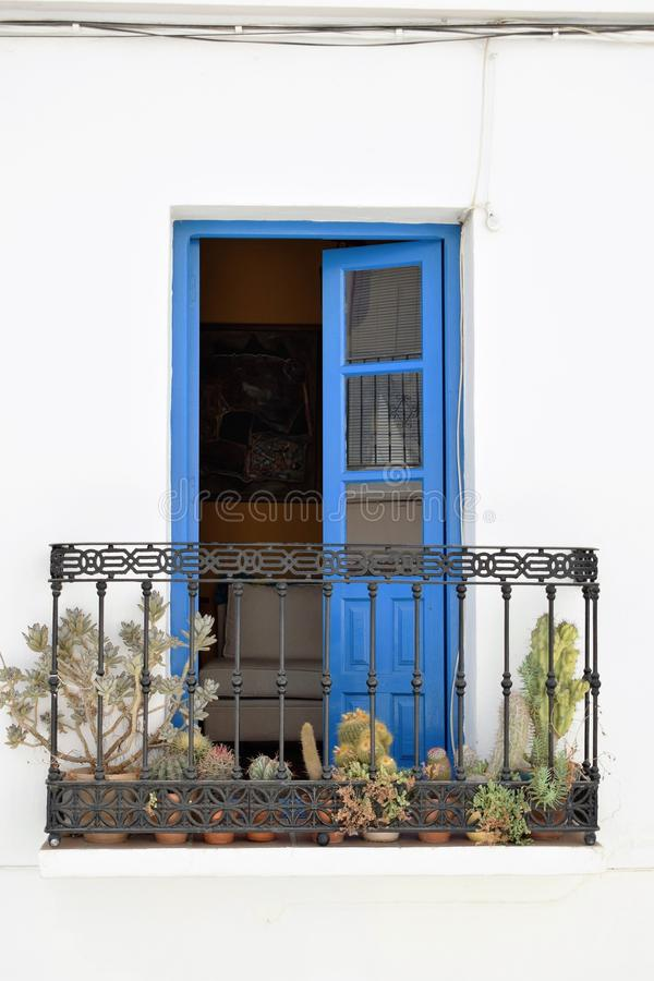 Charmant balkon met blauwe deur en cactussen in Frigiliana - Spaans wit dorp Andalusia stock foto's