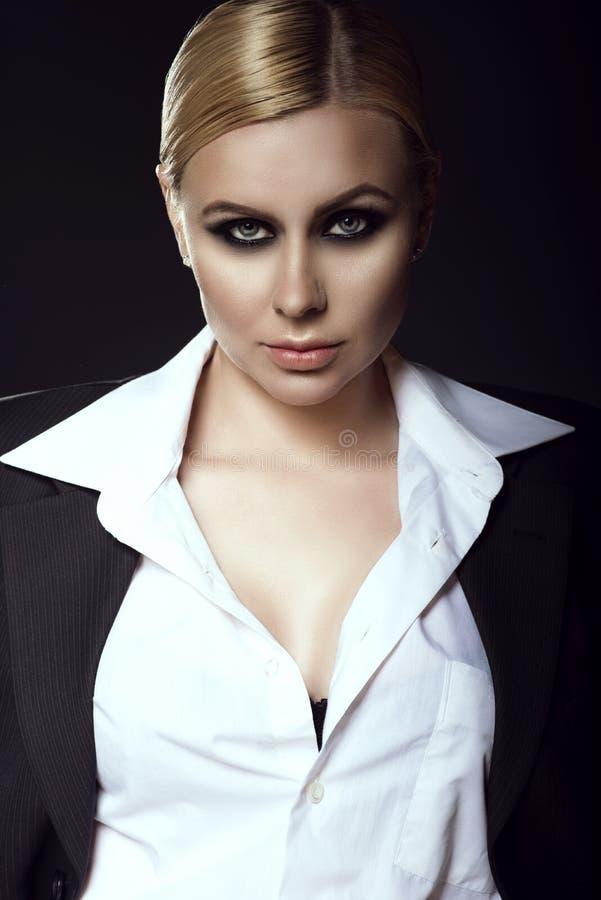 Charmant blond model die wit mannelijk overhemd en jasje dragen Bedrijfs concept stock afbeelding