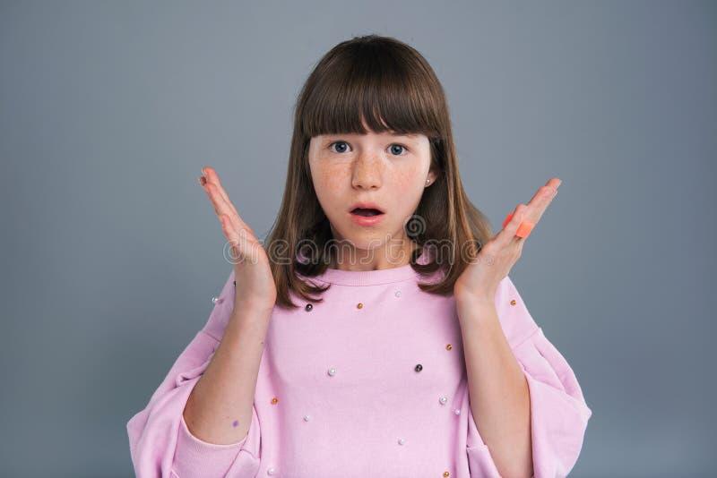 Charmant meisje die met sproeten verrast kijken royalty-vrije stock fotografie
