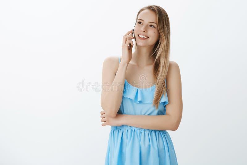 Charmant meisje die met vriend spreken die recente datum beschrijven die onbezorgd en zich gelukkig in blauwe kleding die hogere  stock afbeelding