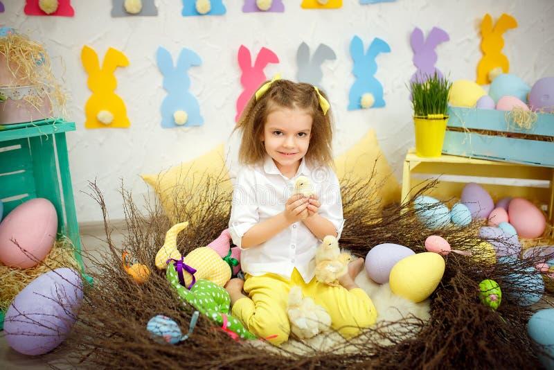 Charmant meisje met kleine eendjes stock fotografie