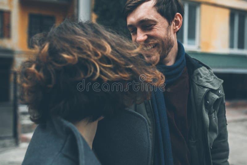 Charmant paar die onderaan de straat lopen royalty-vrije stock afbeeldingen