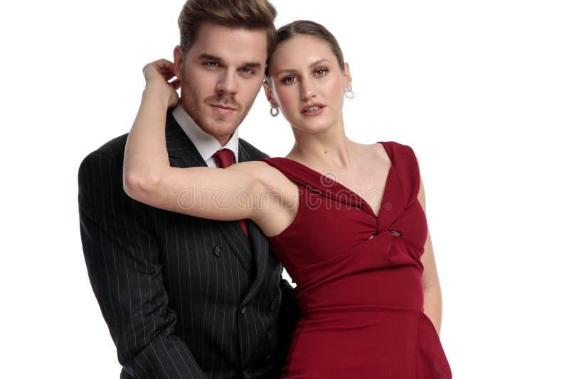 Charmant paar die romantically de camera bekijken royalty-vrije stock foto