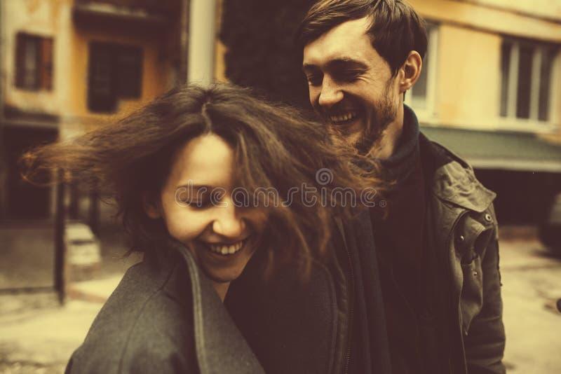 Charmant paar in een kleding die onderaan de straat lopen royalty-vrije stock fotografie