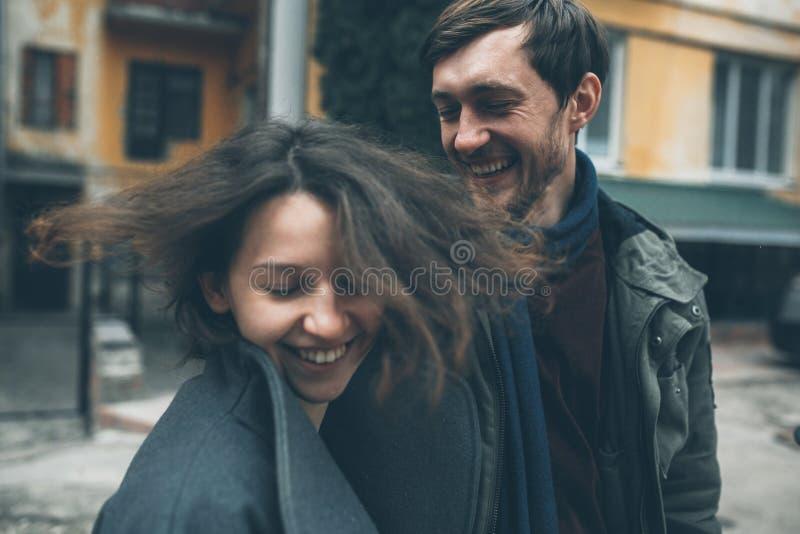 Charmant paar in een kleding die onderaan de straat lopen royalty-vrije stock foto